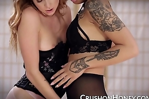 CrushGirls - Honey and Arya ginger beer fail to observe