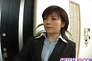 Yukino everywhere unvaried gives blowjob wide mailman plus gets cum on mouth